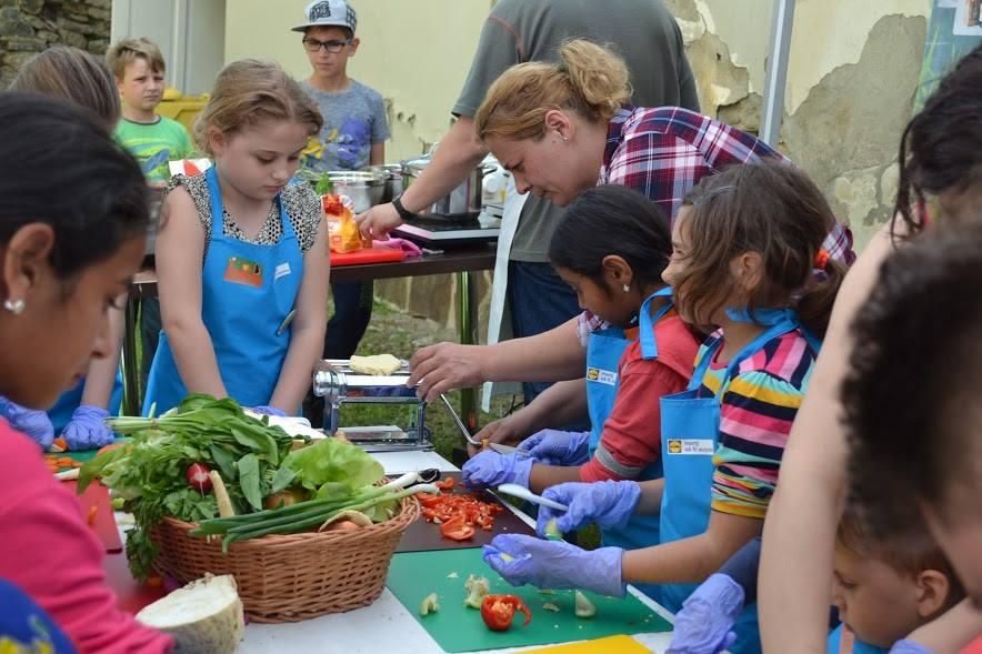 edukitchen-project-romania-slow-food-turda-children-cooking-chopping