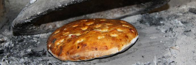 Bread baked in ţăst